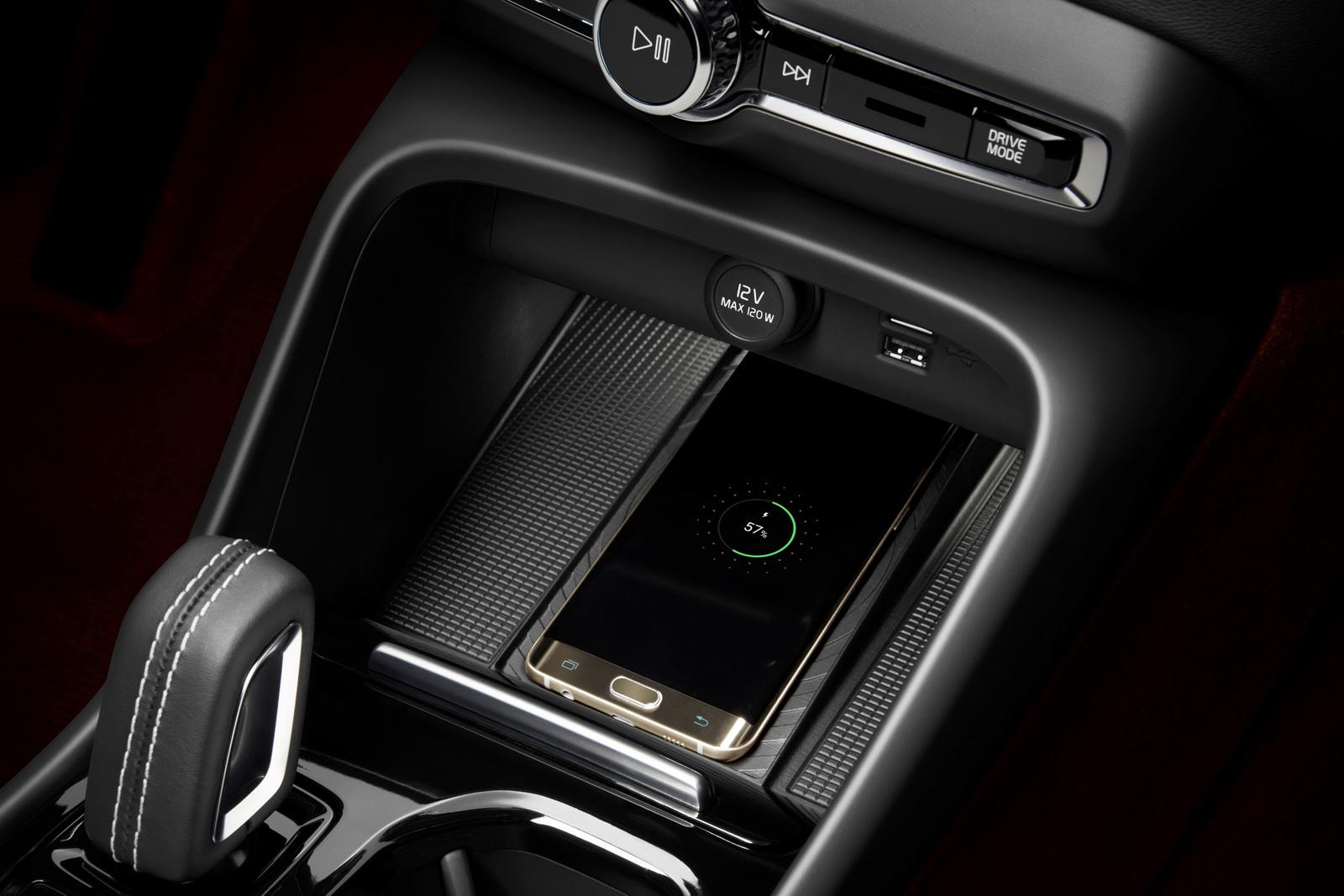 New Volvo XC40 - Wireless phone charging