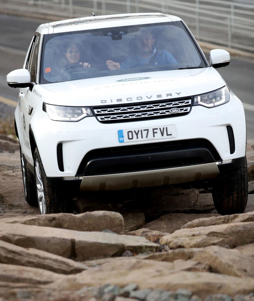 Hoàng tử William và Công nương Kate Middleton thăm nhà máy Jaguar Land Rover