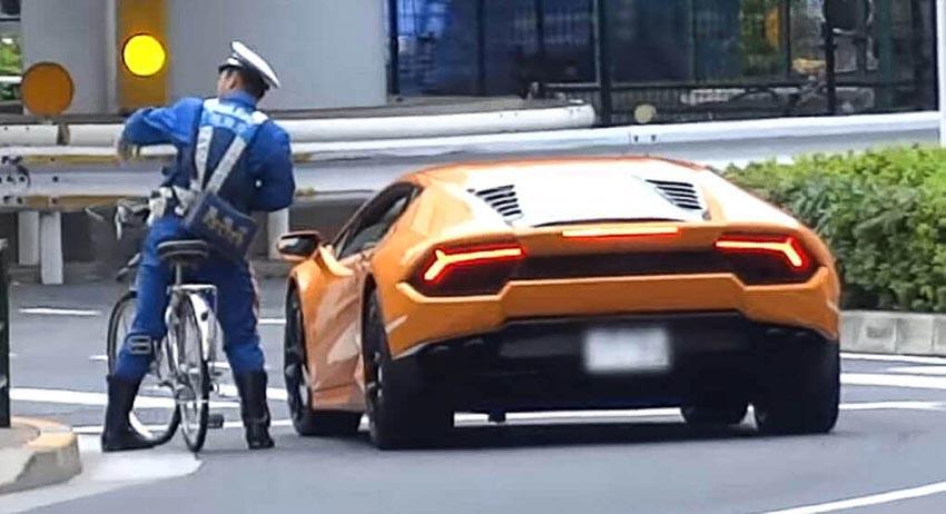 xe-dap-cua-canh-sat-nhat-ban-duoi-bat-Lamborghini-Huracan
