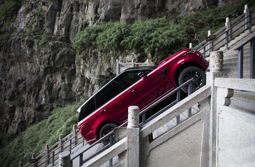 Range Rover Sport Phev chiếc xe SUV đầu tiên trên thế giới chinh phục cổng trời Thiên Môn