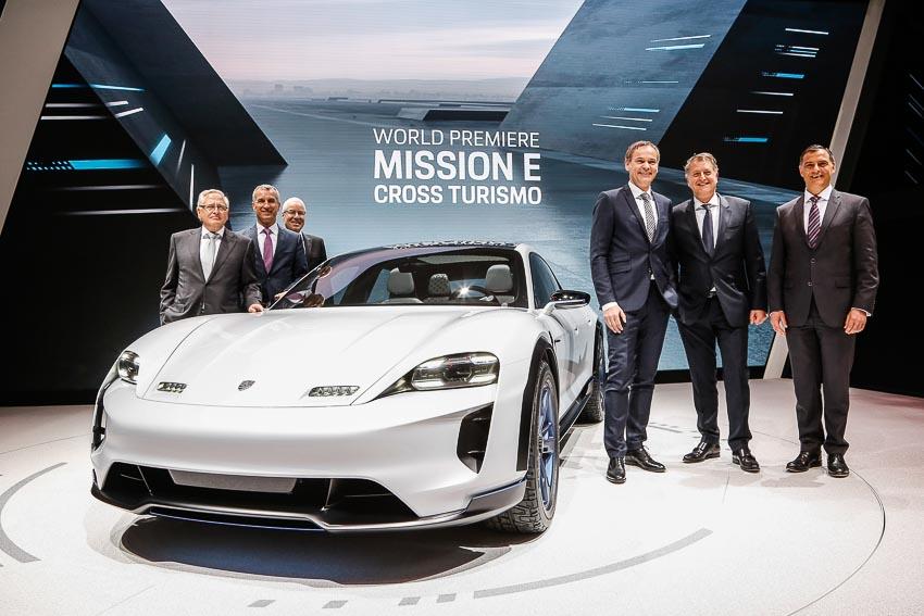 Porsche ra mắt mẫu xe concept Mission E Cross Turismo chạy bằng điện