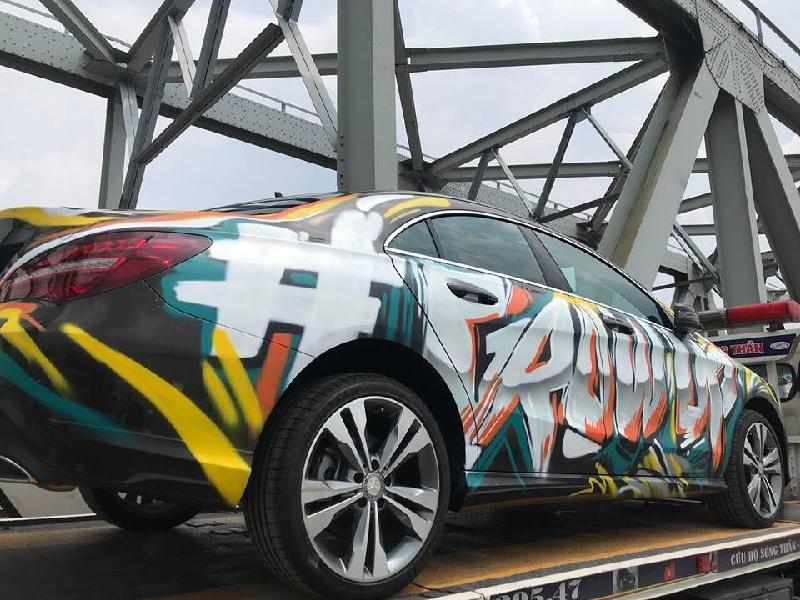 Chiếc xe Mercedes phủ kín những mảng tranh đầy màu sắc theo trường phái graffiti