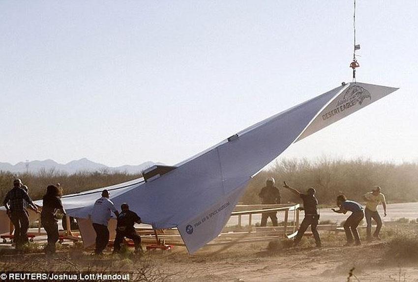 Clip: Mỹ phá kỷ lục Guinness với máy bay giấy dài 19,5m