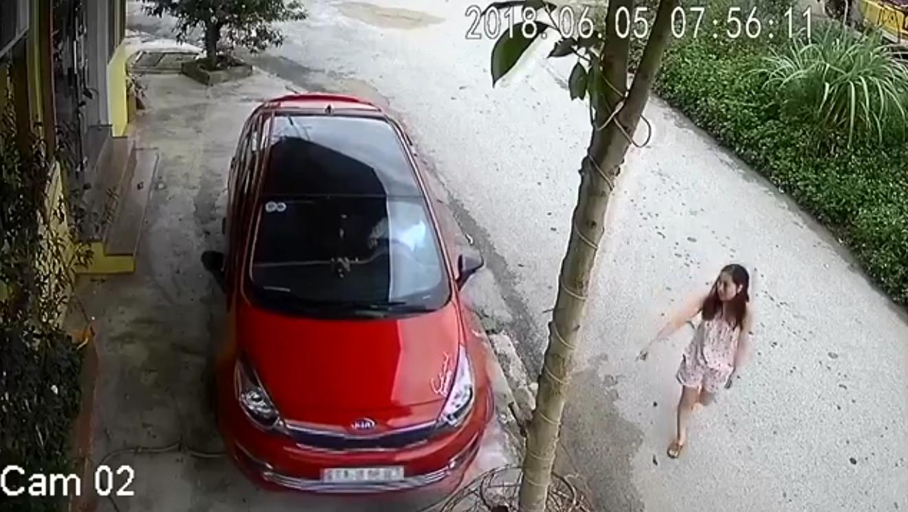 Xuất hiện thêm chị gái cẩn thận nhất MXH, nắn nót 8 phút chỉ để lùi xe từ hiên xuống đường .