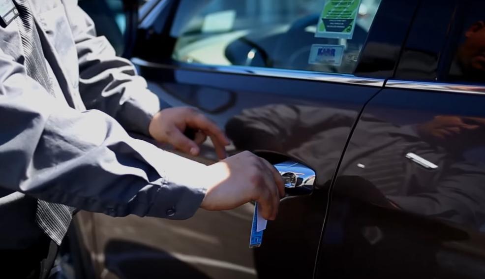 Dùng chìa cơ để mở khóa cửa xe khi chìa khoá thông minh hỏng