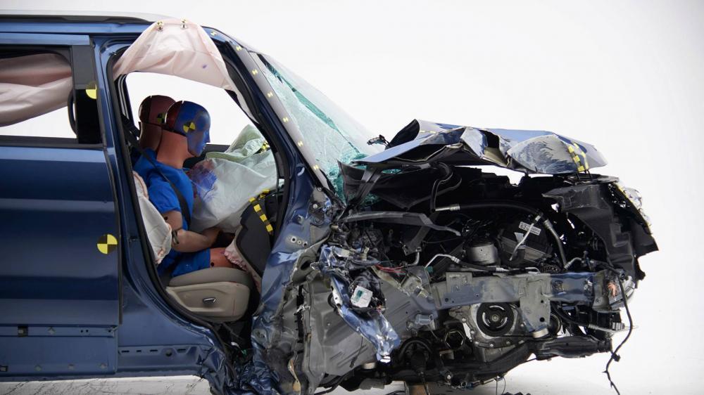 Cấu trúc xe Ford Explorer 2018 đã bị hỏng nặng sau va chạm, nhiều phần lún sâu vào trong