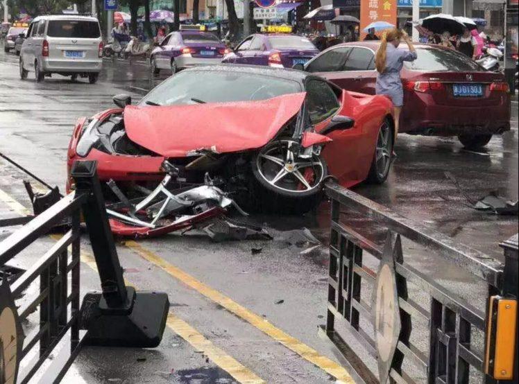 Chiếc Ferrari 458 Italia bị hỏng nặng sau tai nạn
