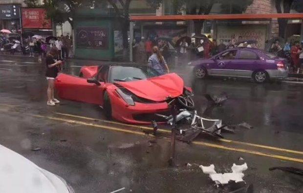 Hai cô gái trẻ bước ra khỏi chiếc Ferrari 458 Italia sau vụ tai nạn