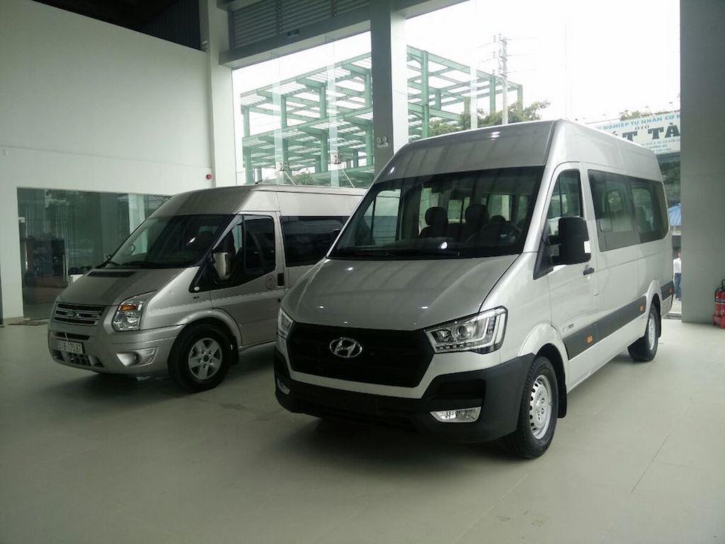 So với Ford Transit, Hyundai Solati lớn hơn về kích thước cà 3 số đo dài x rộng x cao