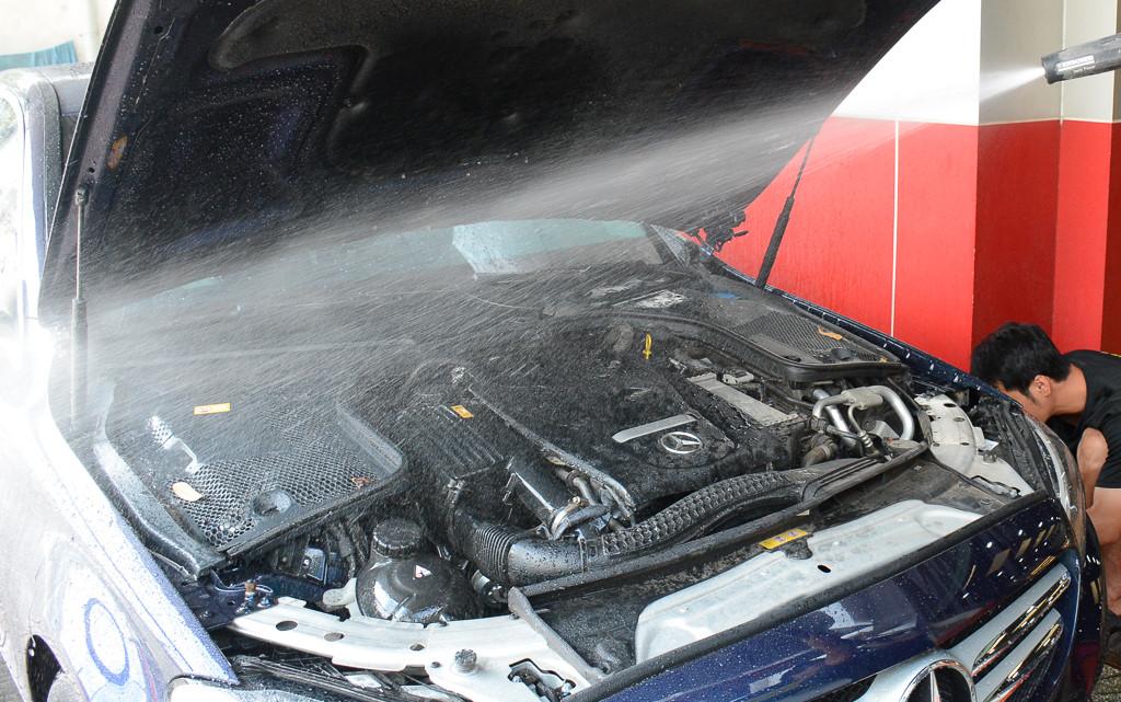 Rửa động cơ ô tô bằng cách phun nước ở áp suất cao