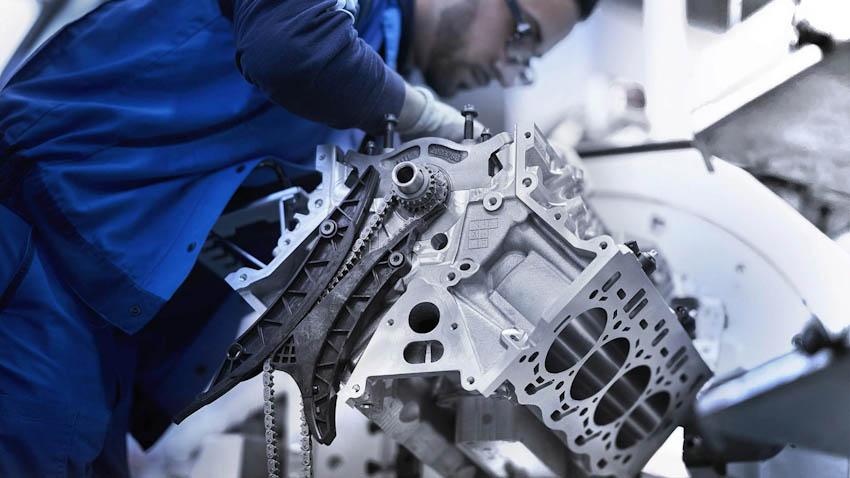 Cận cảnh quy trình BMW lắp ráp động cơ V8 4.4L Bi-turbo bằng tay