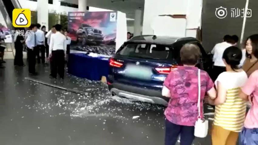Nữ khách hàng lao thẳng xe BMW lái thử vào đại lý