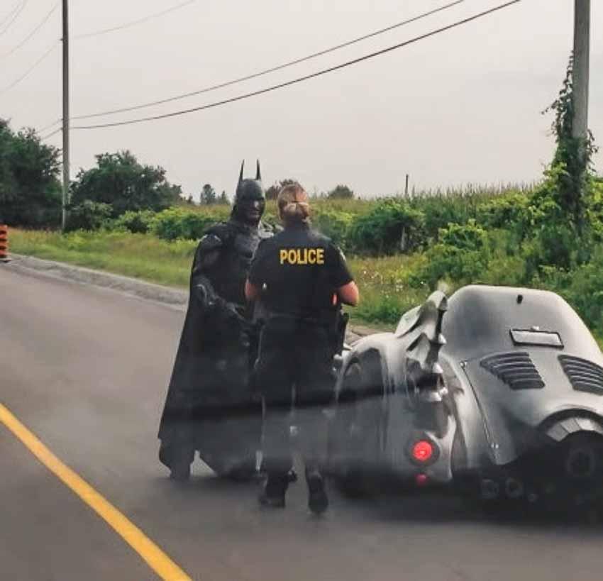 WLC-canh-sat-Canada-chan-xe-Batman-de-xin-chup-anh-Tin-220818