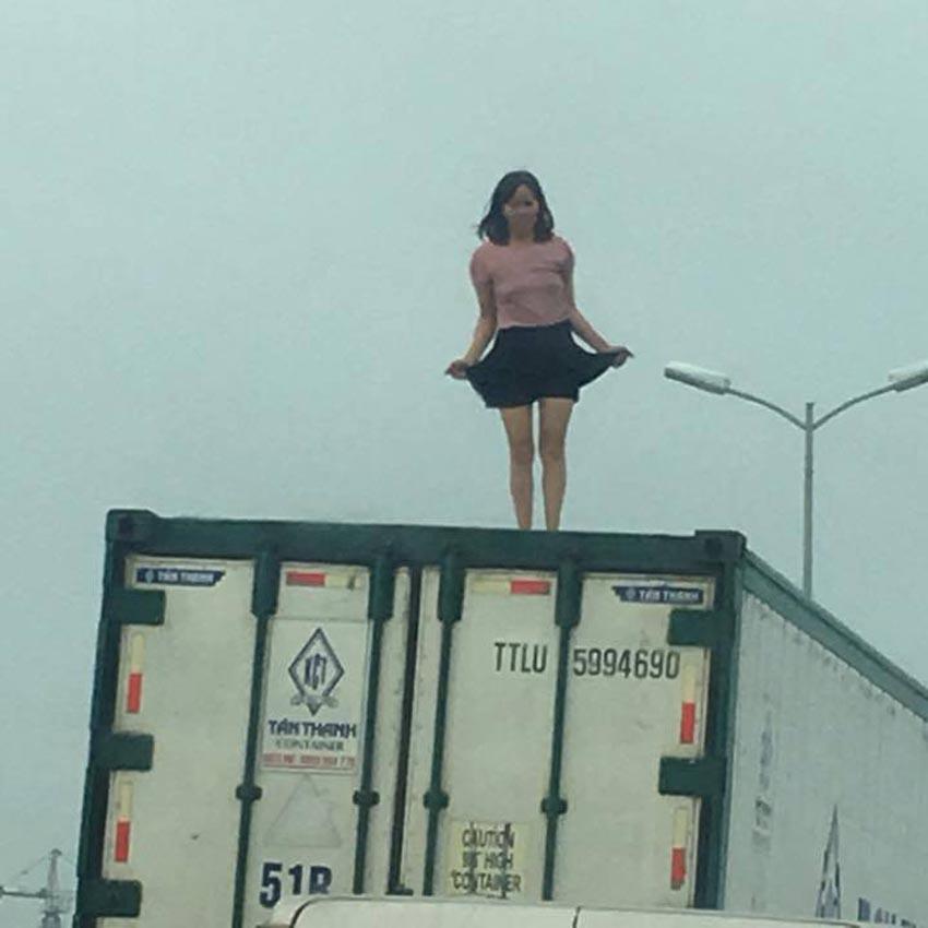 nguoi-phu-nu-nhay-mua-tren-noc-xe-container