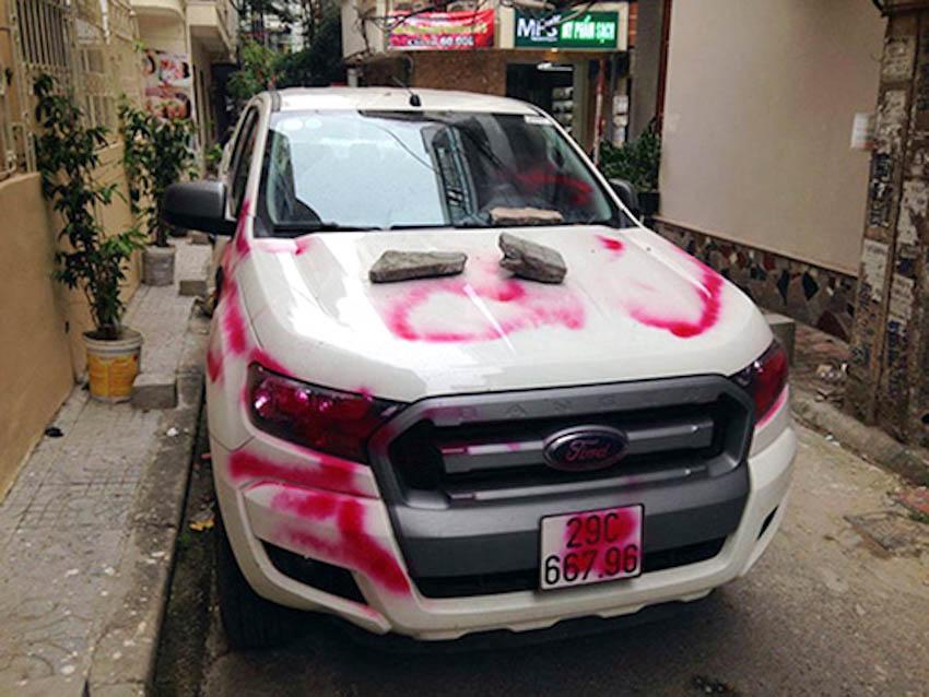 Vẽ bậy, phun sơn lên ô tô đỗ chắn cửa nhà bị xử lý thế nào?