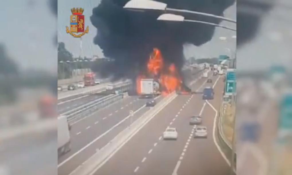 """""""Quả cầu lửa"""" khổng lồ do tai nạn xe chở xăng dầu nghiêm trọng tại Ý"""