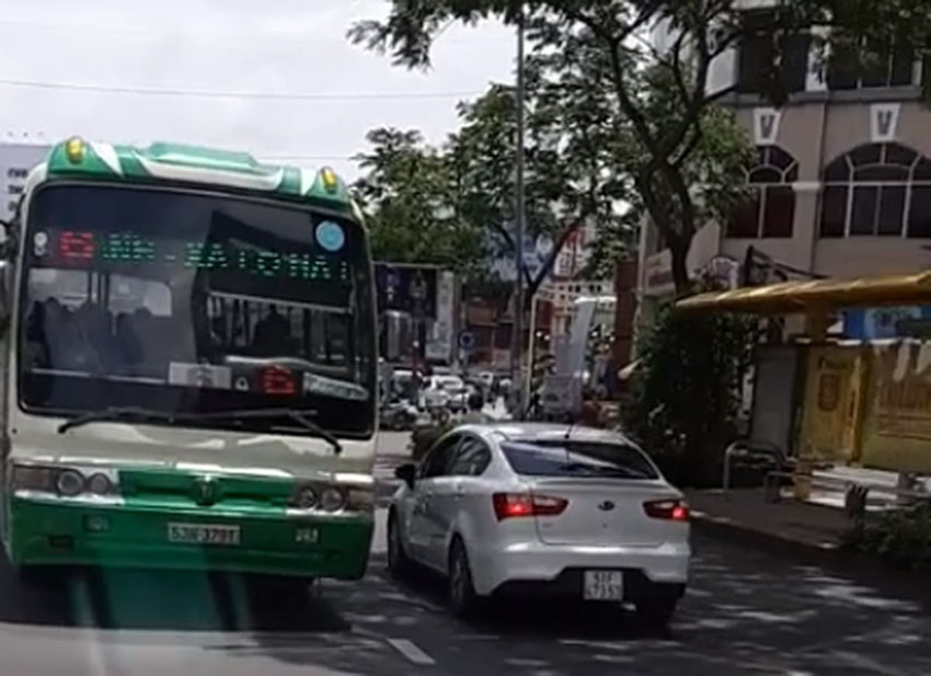 Hốt hoảng xe buýt chạy ngược chiều giữa trung tâm Sài Gòn