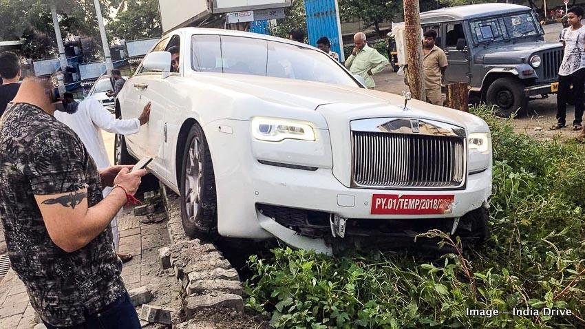 Rolls-Royce Ghost mắc cạn trên đường ra biển