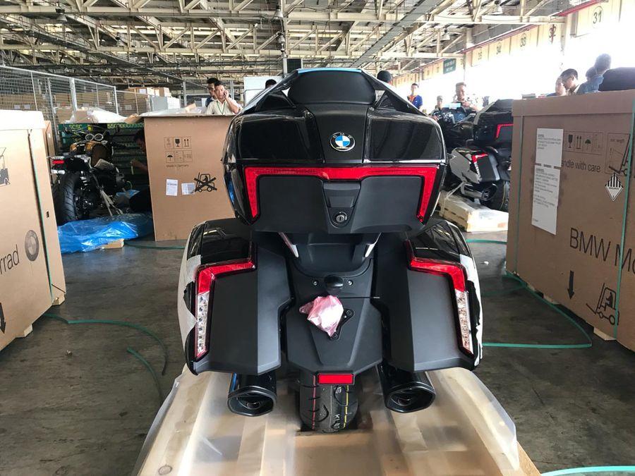 """""""Khui thùng"""" BMW R nineT Spezial và K1600 Grand America cập bến Sài Gòn"""