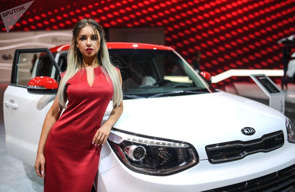 Mẫu Nga đọ dáng tại triển lãm ôtô quốc tế Moscow - MIAS 2018