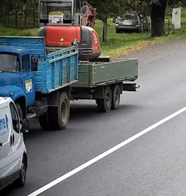 """Hy hữu: Tài xế """"ngơ ngác"""" thoát chết sau cú đâm trực diện với xe tải"""