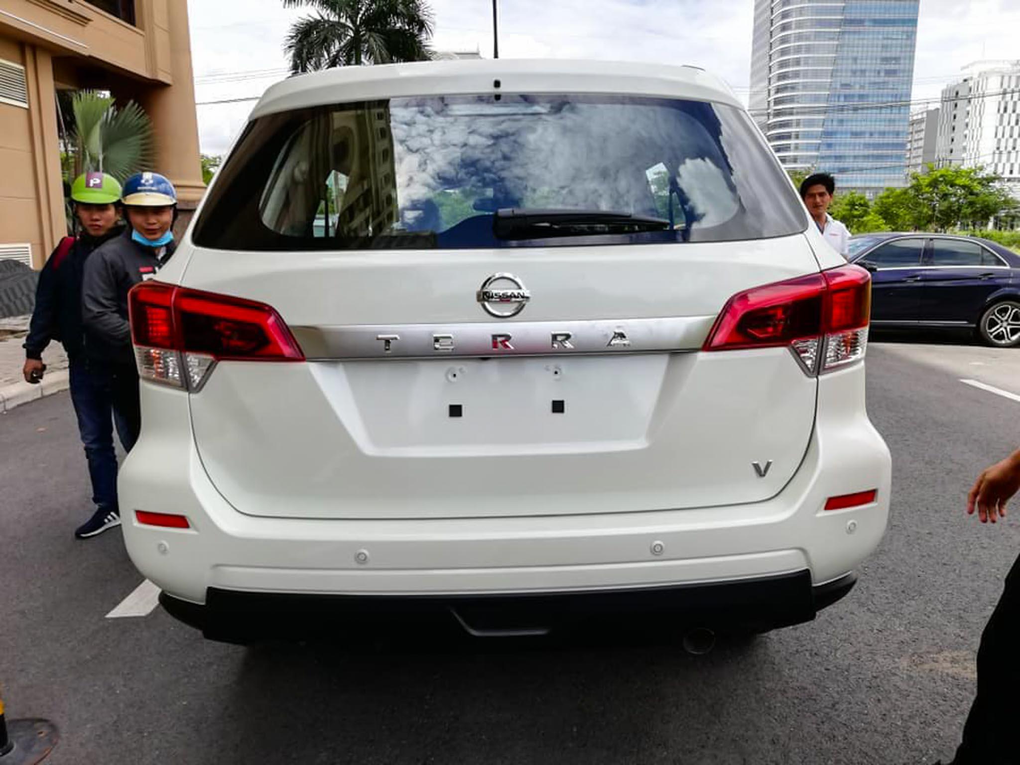 Nissan-Terra-2019-xuat-hien-tren-pho-Sai-gon