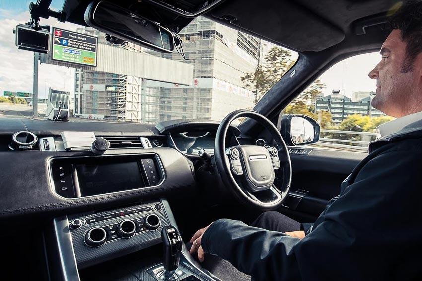 Range-Rover-Sport-tu-lai-tren-duong-pho-tai-Anh-quoc-3