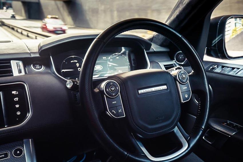 Range-Rover-Sport-tu-lai-tren-duong-pho-tai-Anh-quoc-5