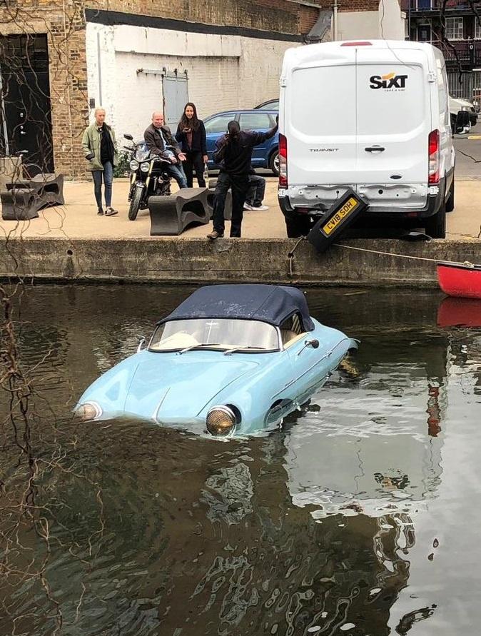 Ford-Transit-lui-au-day-Porsche-356-xuong-kenh