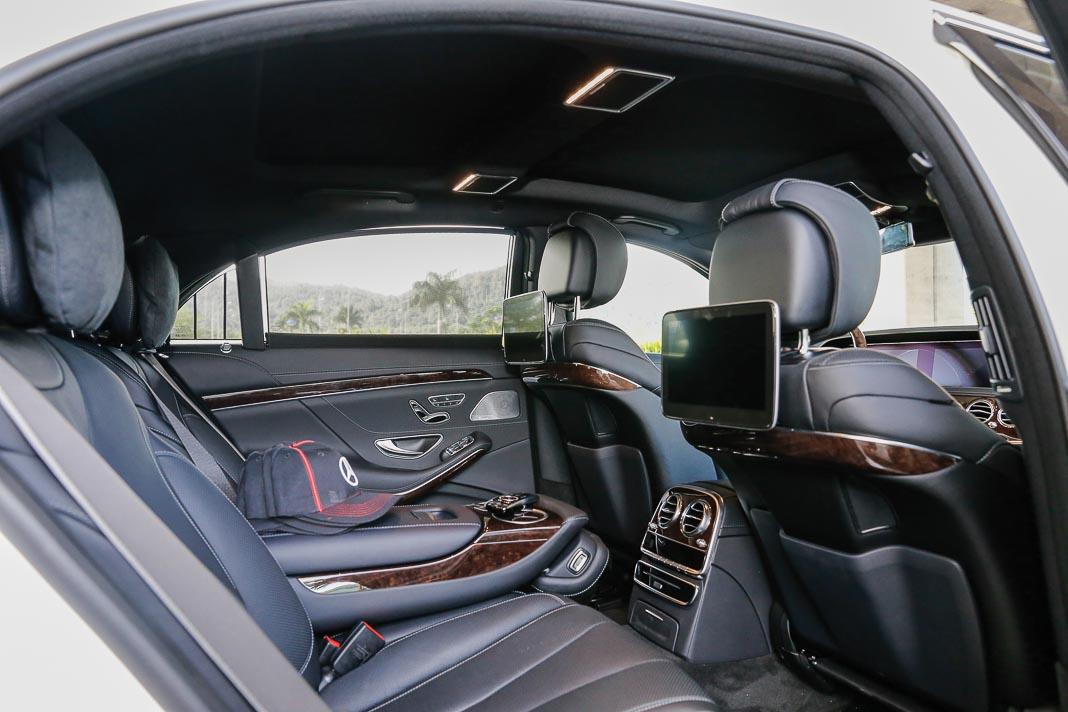Không gian phía sau cực kỳ rộng rãi với các tiện ích biệt lập dành cho hành khách VIP