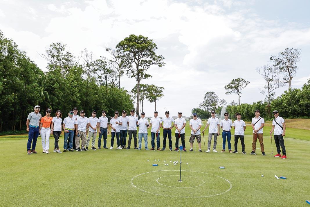 Các phóng viên báo chí có dịp thử sức với trò chơi đẩy bóng vào lỗ trên đồi green tại VinPearl Golf Phú Quốc Resort trong chương trình trải nghiệm xe