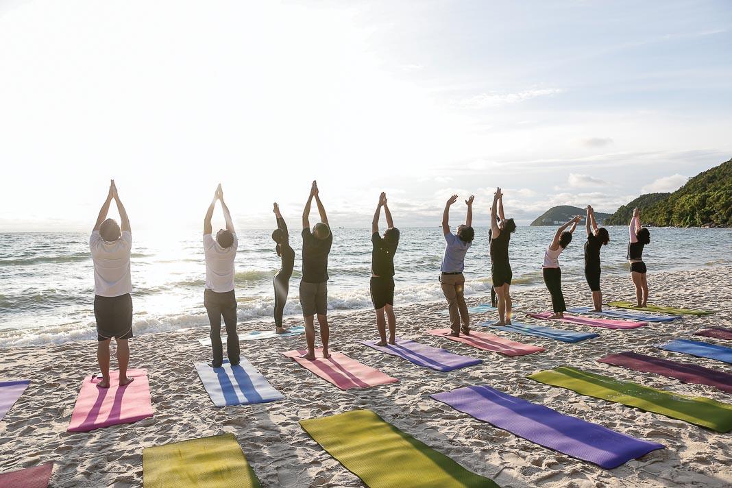 Tập yoga trên bãi biển