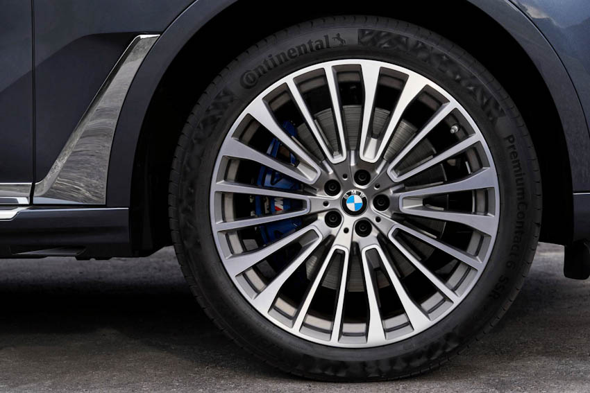 BMW X7 2019 phiên bản xDrive50i lắp máy xăng V8