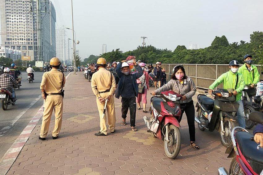 Đoàn người dắt bộ xe máy đi ngược chiều ở đoạn đường Tố Hữu, Hà Đông, Hà Nội