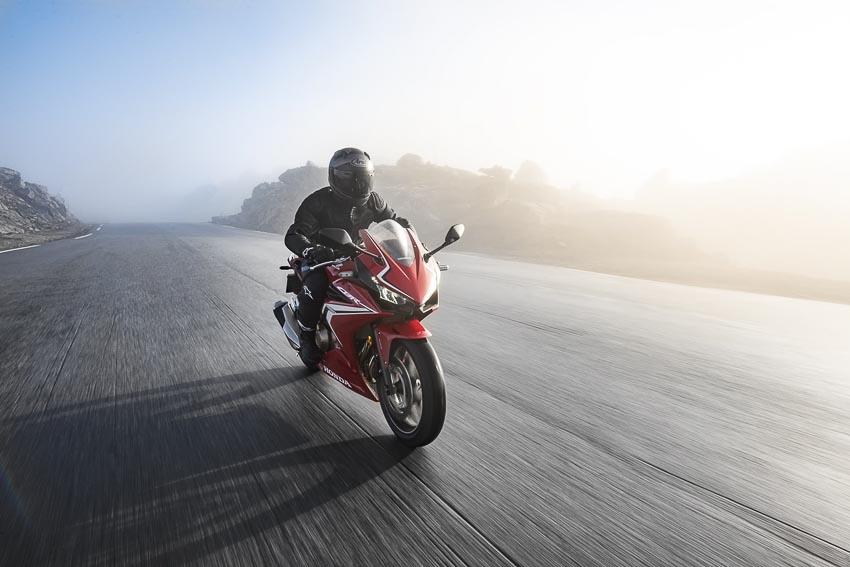 Honda CBR500R 2019 chạy trên đường 1