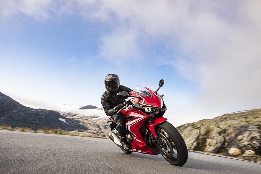 Honda CBR500R 2019 chạy trên đường 2
