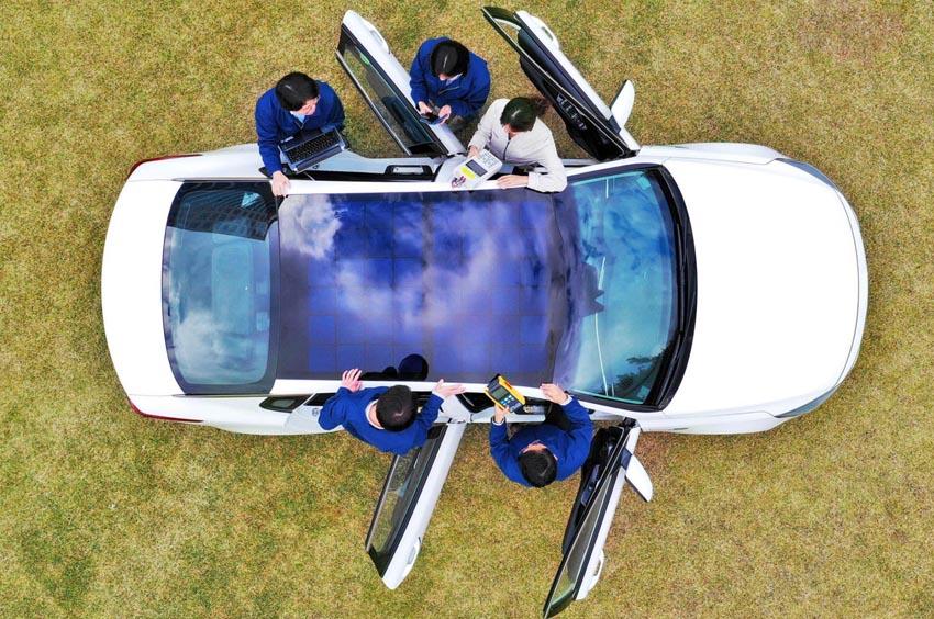 Pin năng lượng mặt trời trên nóc xe 2