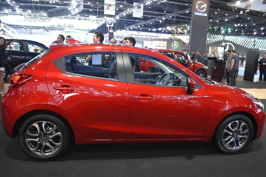 Bên hông xe Mazda2 2018 1