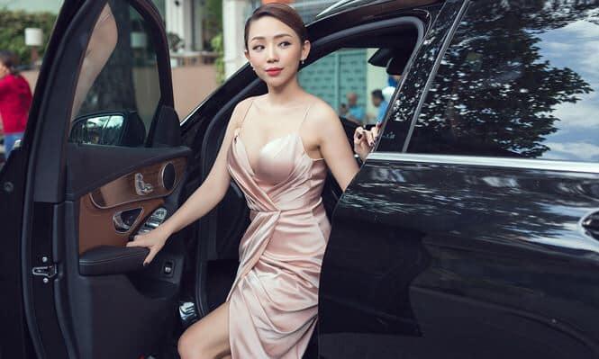 My-nhan-Viet-buoc-xuong-xe
