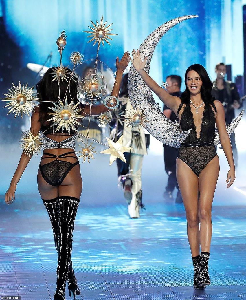 Thiên thần chị cả Adriana Lima trình diễn 2 thiết kế và đảm nhận vai trò vedette kết show