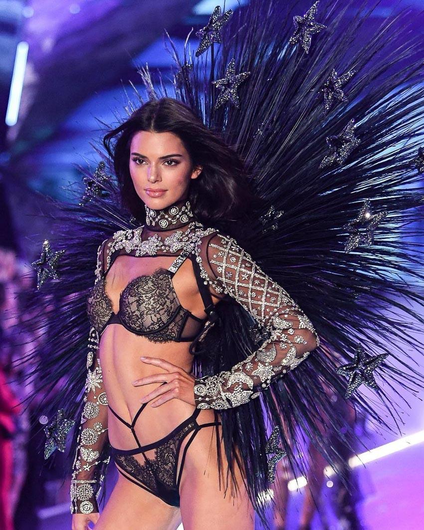 Đôi bạn thân IT girl đình đám Gigi Hadid và Kendall Jenner có màn hội ngộ ấn tượng sau khi cùng bỏ lỡ show diễn năm ngoái 2