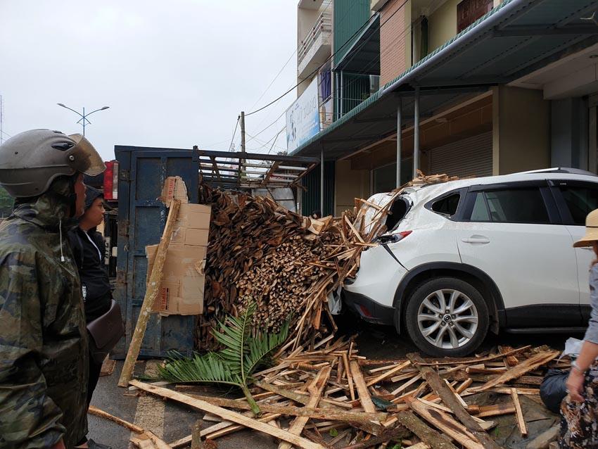 xe tải chở gỗ lật đè móp đuôi xế hộp CX5 1