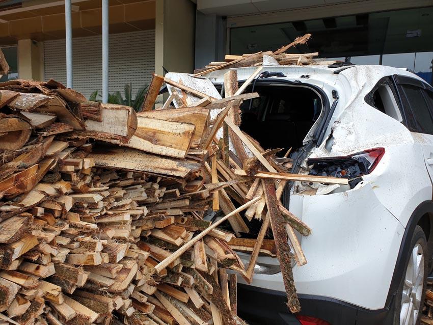 xe tải chở gỗ lật đè móp đuôi xế hộp CX5 2