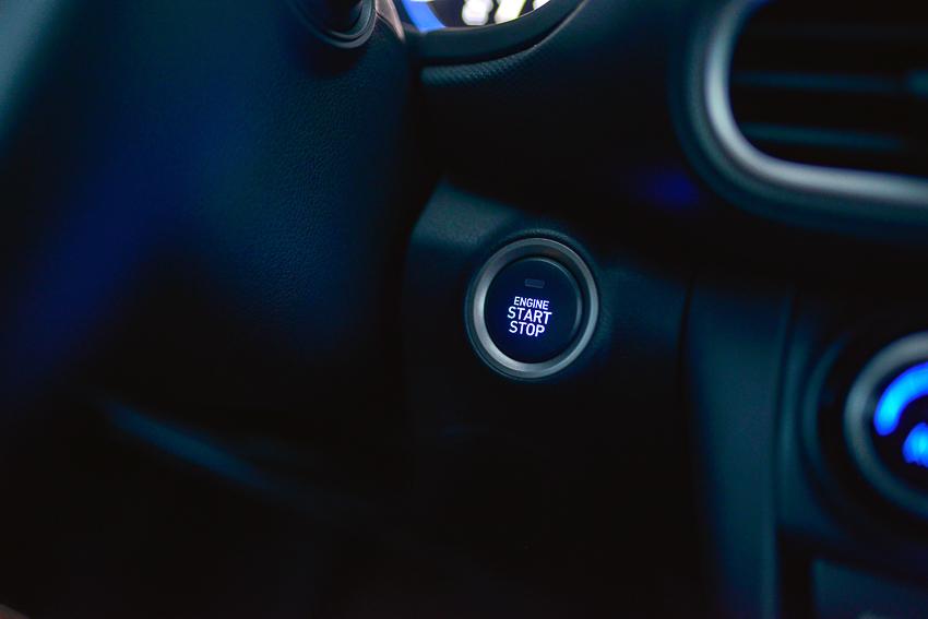 Hệ thống khởi động bằng nút bấm Start/Stop Engine.
