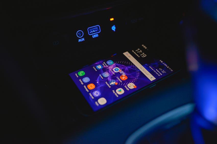 Hộc nhỏ để điện thoại có tích hợp sạc không dây Qi