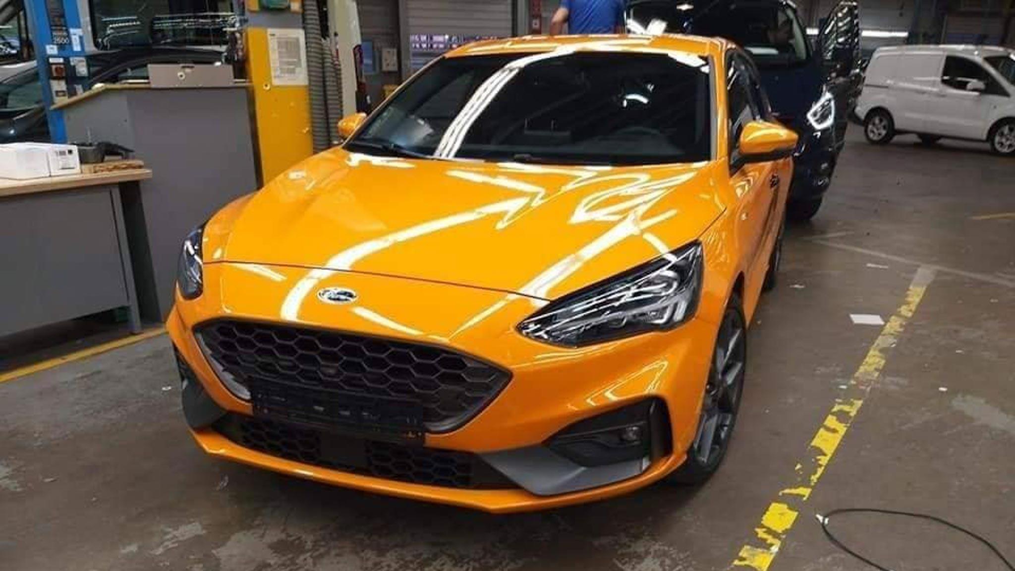 Hatchback thể thao Ford Focus ST 2019 vừa bị rò rỉ những hình ảnh đầu tiên tại nhà máy lắp ráp. Nguyên mẫu được chụp mang nước sơn màu vàng cam ...