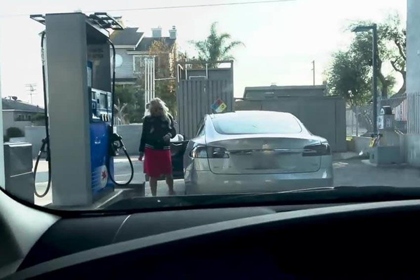 Loay hoay 3 phút tìm nắp bình xăng, cô gái mới biết là... Tesla Model S 2