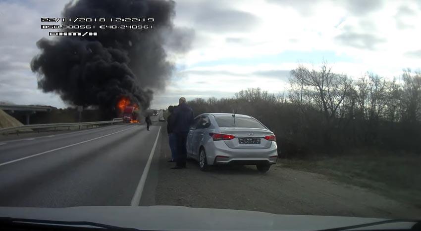 Tai nạn trên trời rơi xuống, ôtô con đấu đầu container 2