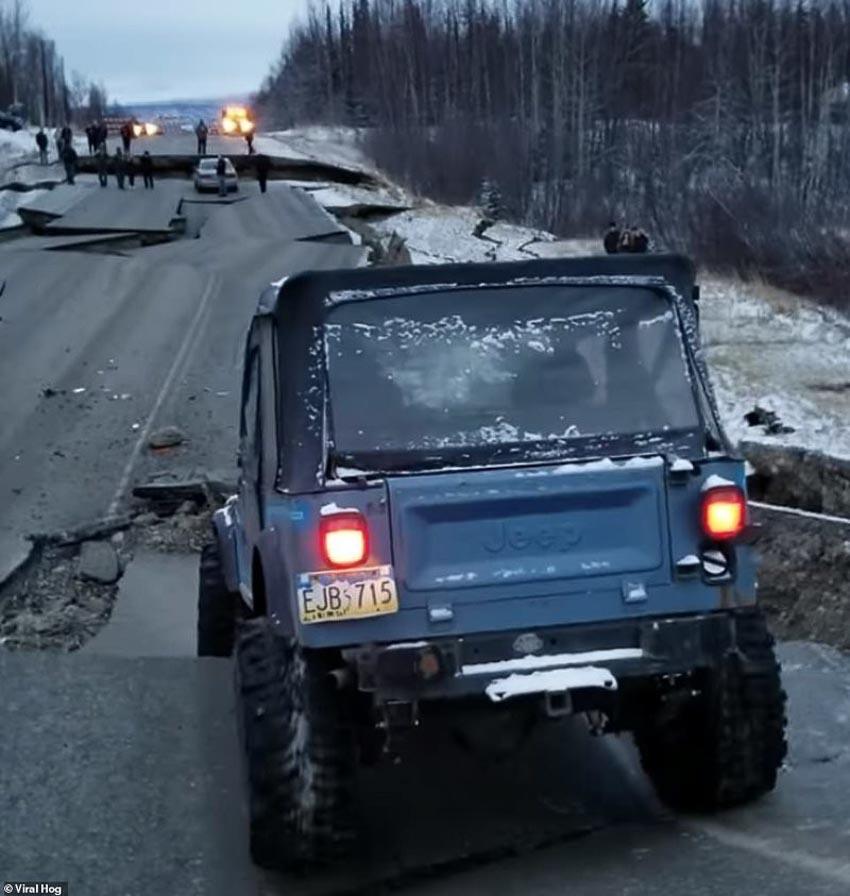 Tài xế liều mình lái chiếc Jeep chạy qua đoạn đường sụt lún vì động đất 2