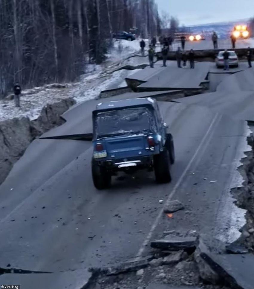 Tài xế liều mình lái chiếc Jeep chạy qua đoạn đường sụt lún vì động đất 3